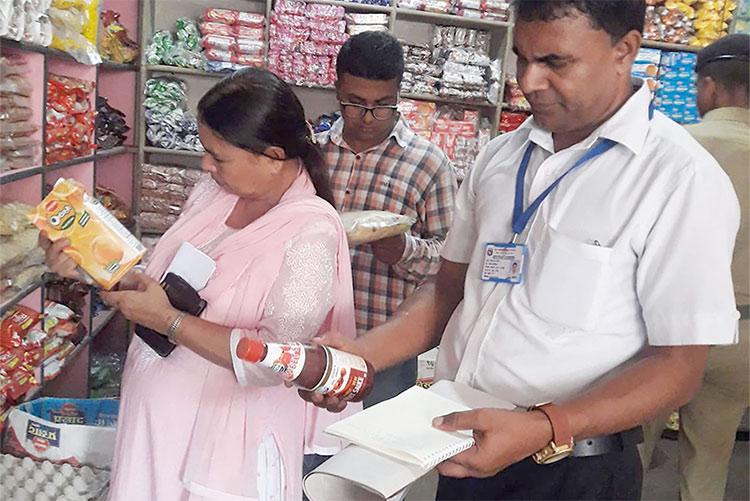 दुईजना कर्मचारीले ५ जिल्लाको खाद्य गुणस्तर अनुगमन गर्दै, जनस्वास्थ्य प्रति सरकार उदासिन