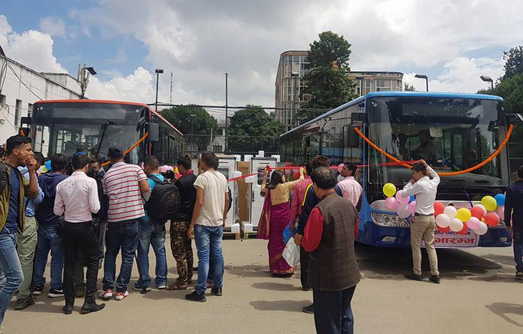 सुन्दर यातायातले १५ विजुली बस थप्दै