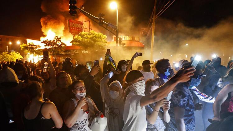 अमेरिकामा हिंसात्मक प्रदर्शनले उग्र रुप लिँदै, ४० शहरमा कर्फ्यू_img