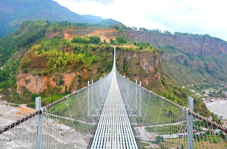 निर्माण कम्पनीले नबुझाउँदै विश्वकै लामो झोलुङे पुलमा समस्या_img