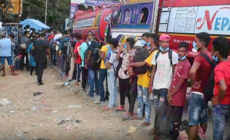दशैंको मुखमा रोजगारीका लागि घर छाडेर भारत जानेको लर्को