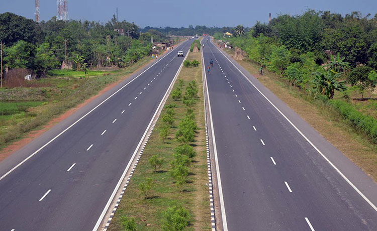 नारायणगढ-बुटवल सडक निर्माणले गति लिँदै, धमाधम बिजुलीको पोल हटाइँदै